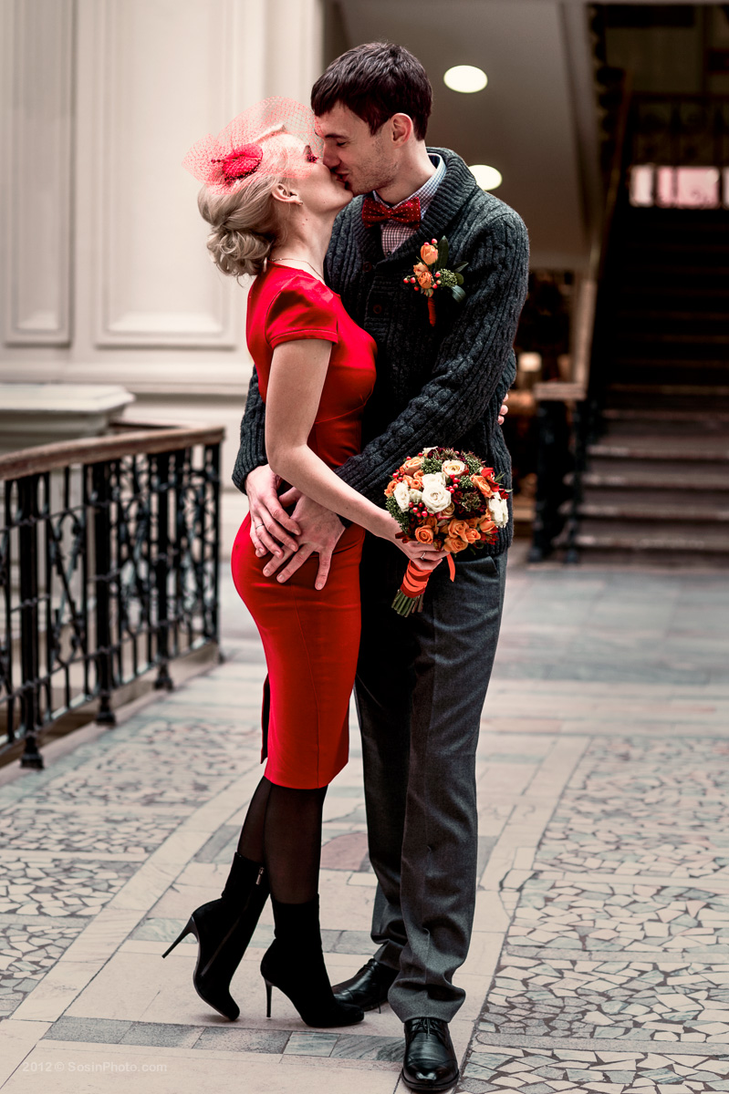 Жених и невеста в красном платье