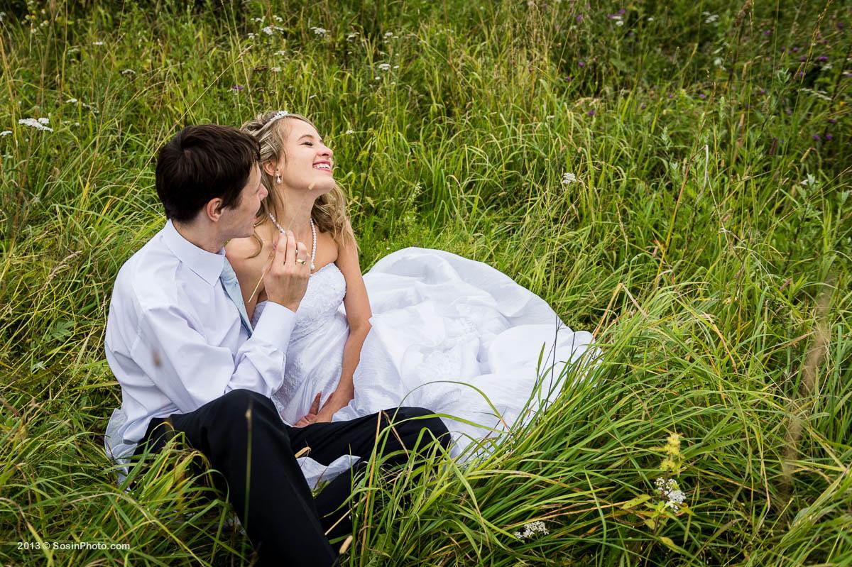Жених и невеста в поле