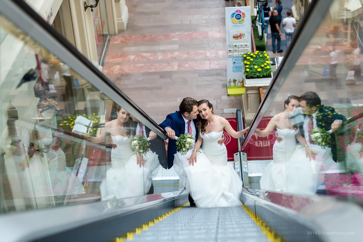 Жених и невеста на эскалаторе