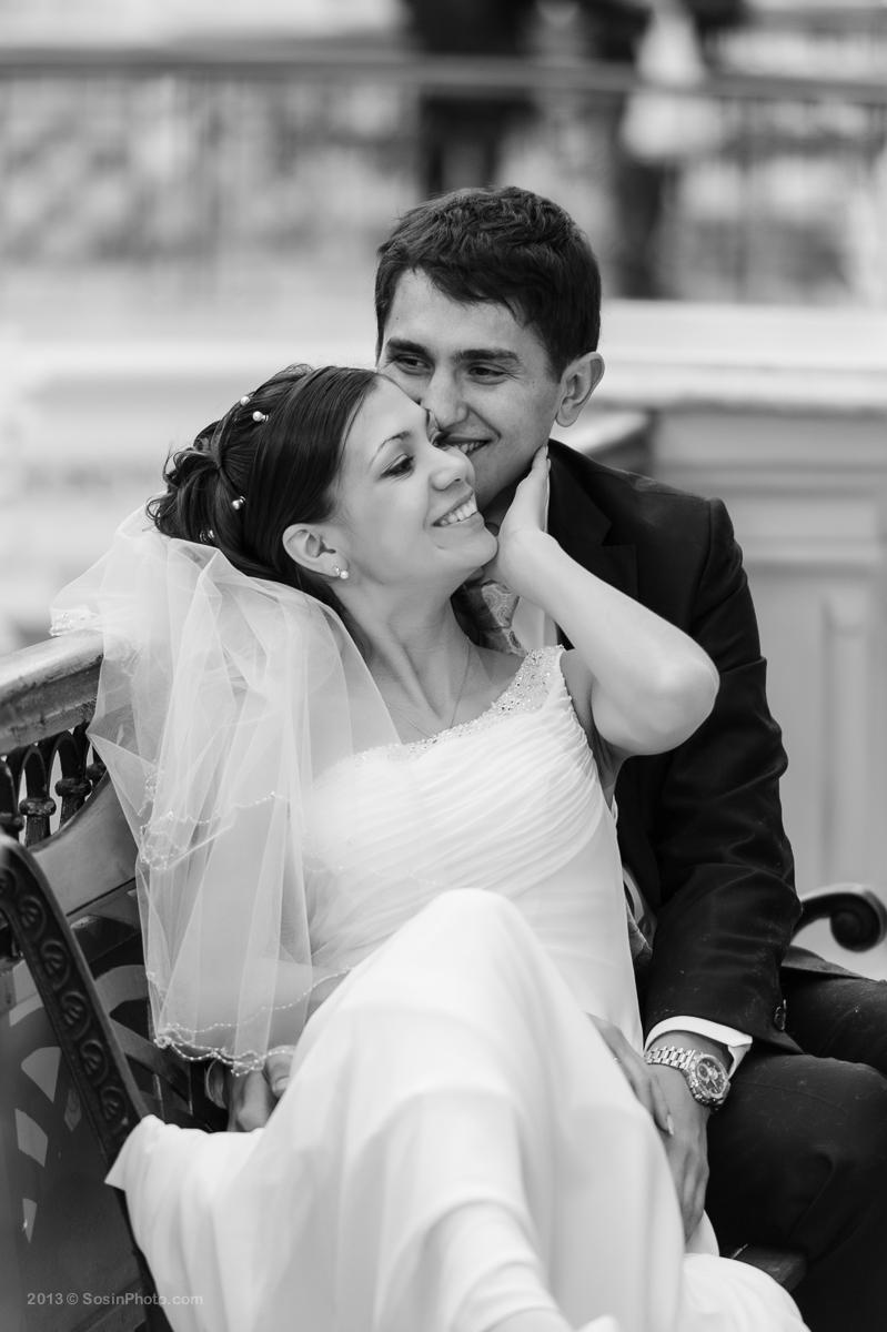 Жених и невеста на скамейке